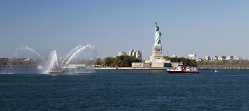 Barco e estátua da liberdade do departamento dos bombeiros de New York City Foto de Stock Royalty Free