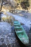 Barco e hielo en un río Foto de archivo libre de regalías