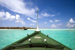 Barco e isla tropical Fotos de archivo libres de regalías