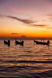 barco e mar do nascer do sol do mar do Sul da China no kho tao de Tailândia Imagem de Stock