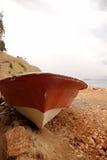 Barco e mar velhos de enfileiramento Fotografia de Stock