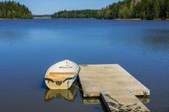 Barco e molhe Imagem de Stock Royalty Free