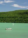 Barco e nadadores Fotos de Stock Royalty Free
