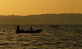 Barco e pescador Imagens de Stock
