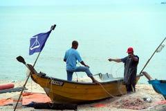 Barco e pescadores de pesca Foto de Stock