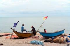 Barco e pescadores de pesca Foto de Stock Royalty Free