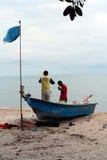 Barco e pescadores de pesca Imagem de Stock Royalty Free