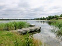 Barco e pontão em um lago na Suécia Imagem de Stock Royalty Free