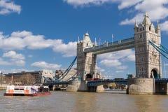 Barco e ponte da torre no dia ensolarado Fotografia de Stock