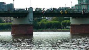Barco e a ponte no rio vídeos de arquivo