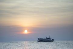 Barco e por do sol Fotos de Stock Royalty Free