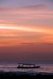 Barco e por do sol, Bali norte, Indonésia foto de stock