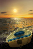 Barco e por do sol de enfileiramento velho. Imagem de Stock
