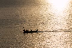 Barco e por do sol no mar Imagens de Stock