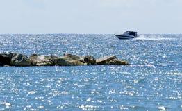 Barco e rochas Imagens de Stock