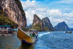 Barco e rochas longos na praia railay em Tailândia Imagens de Stock