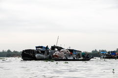 Barco editorial en mercado flotante tradicional Foto de archivo libre de regalías