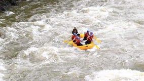 Barco el transportar en balsa de río de Whitewater con el modelo Release Extreme Sport de la gente almacen de metraje de vídeo
