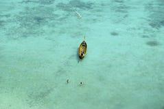Barco em águas de turquesa Fotografia de Stock