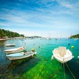 Barco em Crystal Clear Water do mar de adriático na Croácia Fotografia de Stock Royalty Free