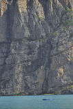 Barco em Oeschinensee perto de uma parede vertical Kandersteg Berner Oberland switzerland Foto de Stock Royalty Free