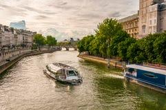 Barco em Paris imagem de stock