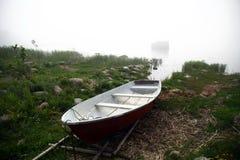 Barco em um dia nevoento Imagem de Stock
