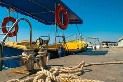 Barco em um fundo do céu azul Imagem de Stock Royalty Free