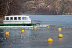 Barco em um lago gelado Fotos de Stock Royalty Free