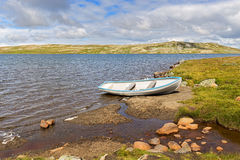 Barco em um lago no parque nacional de Hardangervidda Fotos de Stock