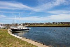 Barco em um porto Fotos de Stock Royalty Free