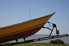 Barco em um reboque Fotos de Stock