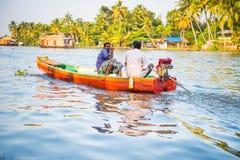Barco em um rio tropical nas marés de Kerala, Índia Imagens de Stock