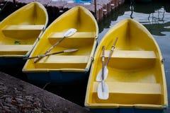 Barco em uma doca amarrada no lago Imagem de Stock Royalty Free