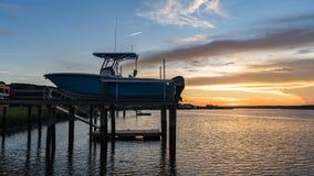 Barco em uma doca em uma entrada fotografia de stock