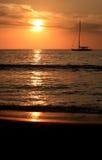 Barco en agua en la puesta del sol Imagen de archivo libre de regalías