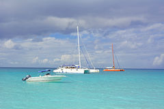 Barco en agua tropical Fotos de archivo