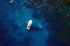Barco en aguas azules Imagen de archivo libre de regalías