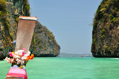 Barco en bahía del maya. Tailandia Imagen de archivo libre de regalías