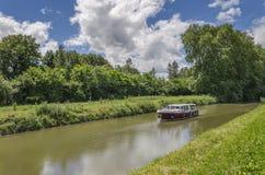 Barco en canal Imagenes de archivo
