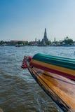 Barco en Chao Praya River a Wat Arun, el Temple of Dawn, Bangko Fotos de archivo libres de regalías