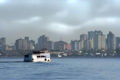 Barco en ciudad amazónica imagenes de archivo