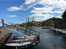 Barco en Collioure a lo largo del mar Mediterráneo, Francia foto de archivo