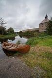 Barco en costa en una fortaleza. Fortaleza en tierra Foto de archivo libre de regalías