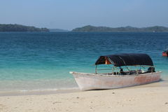 Barco en descanso en una playa Imagen de archivo