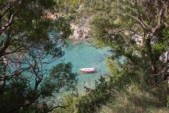 Barco en el agua con color vivo rojo foto de archivo