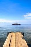 Barco en el agua con el muelle (el lago Baikal) Foto de archivo libre de regalías