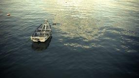 Barco en el agua plana Imagenes de archivo