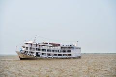 Barco en el agua sucia imagenes de archivo