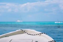 Barco en el azul imagenes de archivo